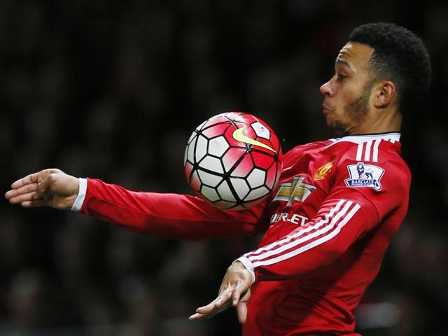 Norwich City's Irish midfielder Wes Hoolahan (C) vies with Manchester United's Dutch midfielder Memphis Depay during the English Premier League football match between Norwich City and Manchester United at Carrow Road in Norwich, England.