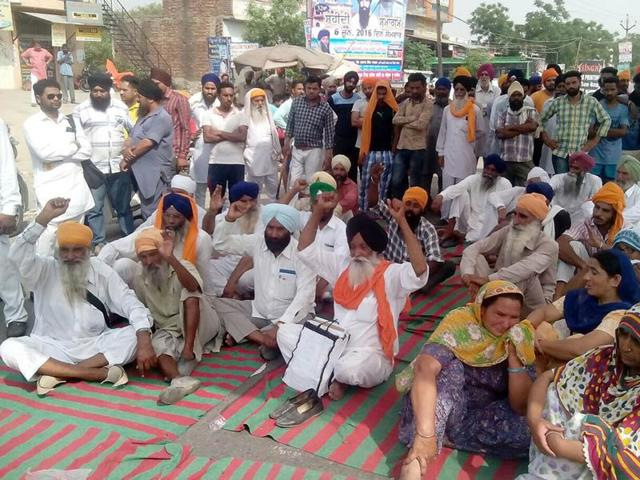 As the news spread, hundreds of activists of farmer bodies and fellow villagers came out on the road and blocked the Amritsar-Sri Ganganagar national highway at Jandiala Chowk, by placing the body in the vehicle used by the officials to reach the village.