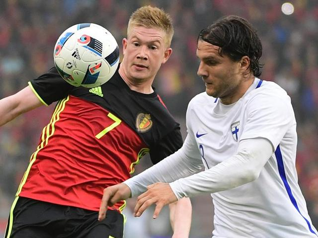 Belgium's Kevin De Bruyne (L) and Finland's Perparim Hetemaj fight for the ball.