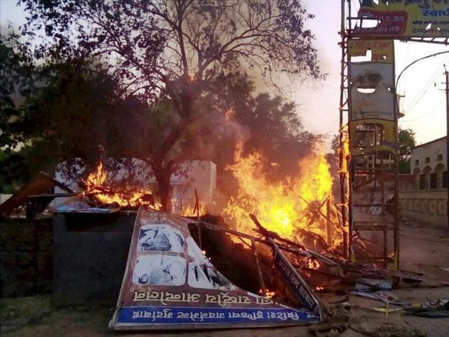 Police personnel arrive to evict encroachers from Jawahar Bagh in Mathura on Thursday.