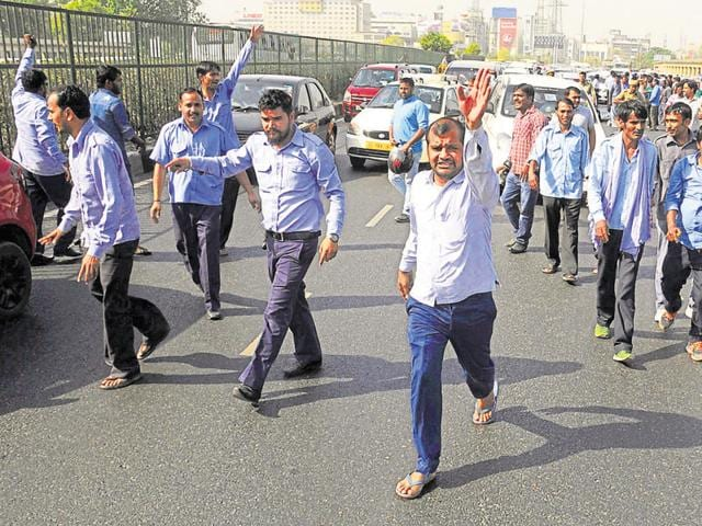 Cab drivers protest on Delhi-Gurgaon Expressway against the SC directive to stop registration of diesel taxis.