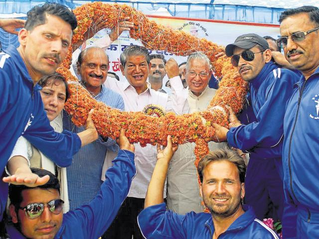 Chief minister Harish Rawat being welcomed during a sports and cultural programme in Vikasnagar area in Dehradun district on Thursday.