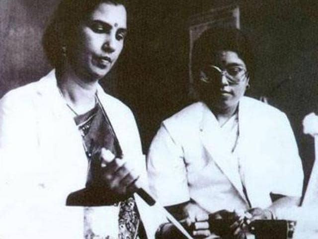An archive image of Dr Suniti Solomon (L) and her post-graduate student, Dr Nirmala (R) at Madras Medical College, 1986.