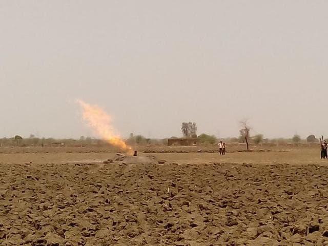 panic in Vidisha village,flames emanate during tubewell boring,Mandi Bamora village