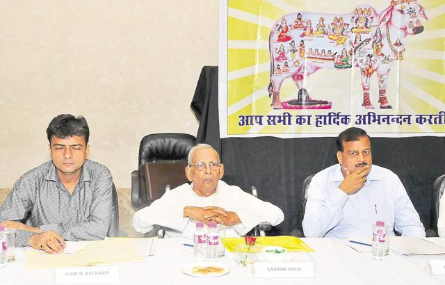 Goshala Sangh state president RK Agrawal (R) attends a meeting in Ranchi on Monday.(HT Photo)