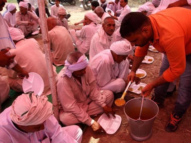 As many as 12 cooks prepare meals twice a day for the protesters in utensils used in mega kitchens.
