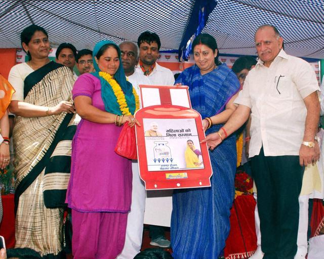 Sri Ganganagar : Minister of Human Resource Development Smriti Irani distributing free LPG connection under Pradhan Mantri Ujjwala Yojana at Sri Ganganagar on Sunday. The Congress has accused the government of inflating the magnitude of its achievements on various fronts, including LPG connections supplied.