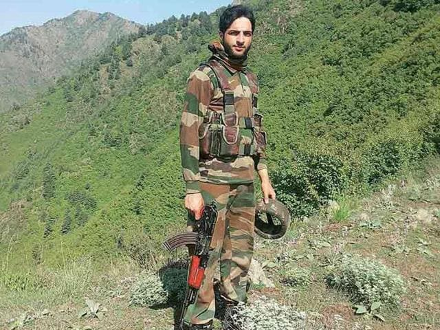 Hizbul Mujahideen commander Burhan Wani released a new video on the internet on Tuesday, where he spoke about the recent killings of policemen in Kashmir and why militants won't attack Amarnath Yatris.(Photo credit: Social media)