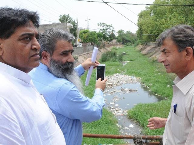 A Punjab assembly team inspecting the Jacob drain in Patiala on Tuesday.
