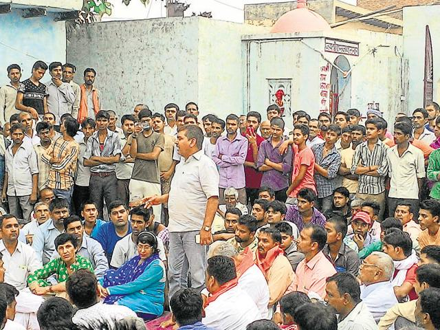 A mahapanchayat was held in Bisada village on Monday, in defiance of a prohibitory order and asked the police to file an FIR against Mohammad Ikhlaq's family.