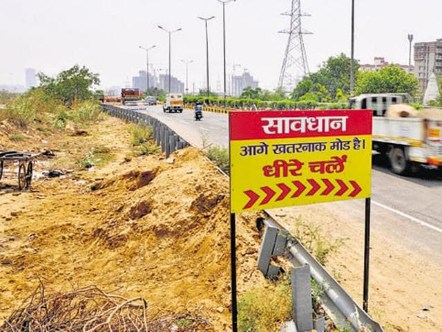 The steep curve on Sector 55 on Gurgaon- Faridabad state highway road known as blind spot for drivers as they don't get a clear view of the road.(Abhinav Saha)