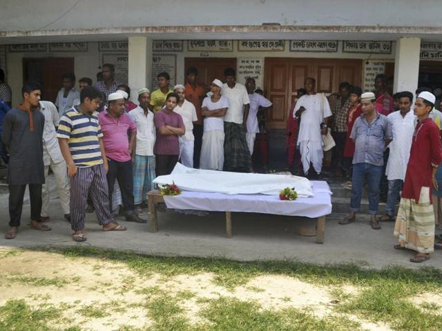Locals surround the body of a Hindu holy man after assailants hacked him to death in Pabna, 275 km from Dhaka on Friday.(AP)
