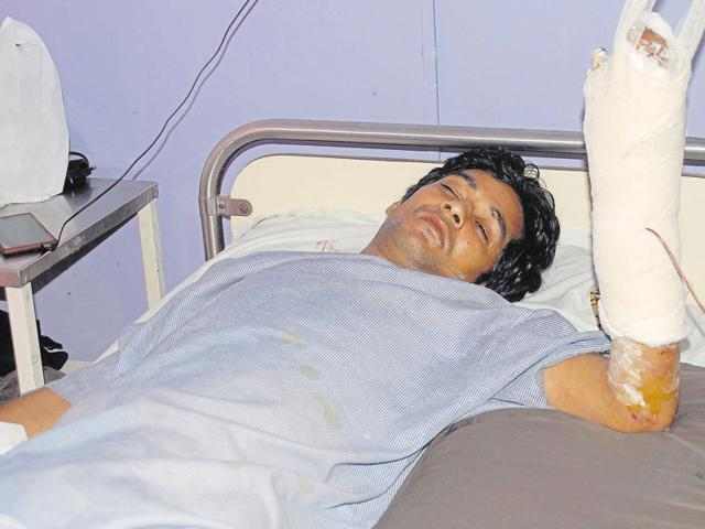 While the robbers managed to flee, car driver Kailash Sharma, who was shot in the left hand, was rushed to hospital.