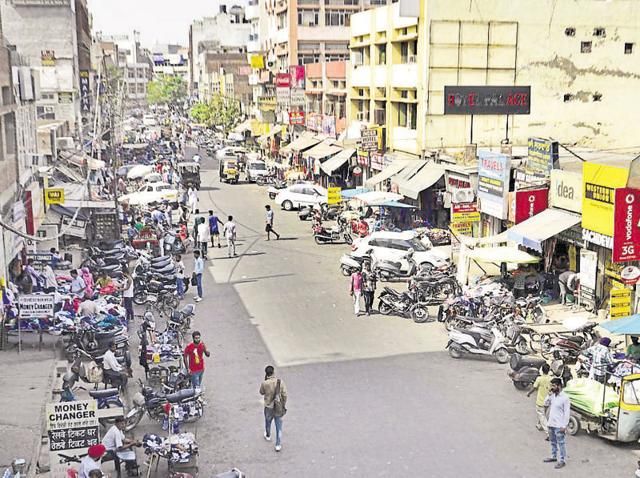 Street vendors encroaching upon Link Road near the railway station in Amritsar.