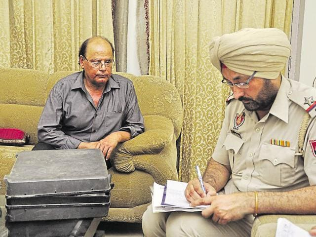 Police questioning the victim's husband at his house in Ghumar Mandi, Ludhiana.