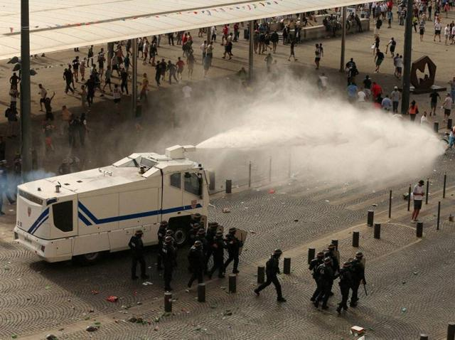 Violence seen at Marseille over the past three days spread to Nice.