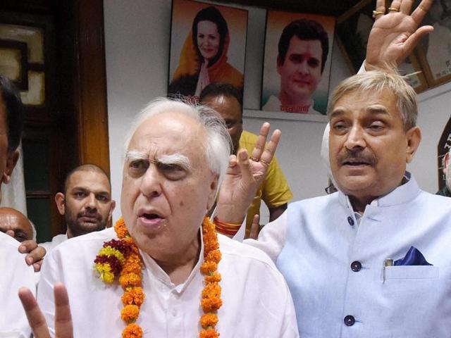 Senior Congress leader and MP Kamal Nath, with AICC General Secretary Mohan Prakash, Suresh Pachouri, Congress candidates MPCC President Arun Yadav and Vivek Tankha celebrate after winning Rajya Sabha elections.