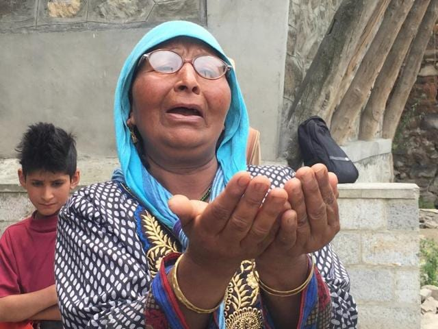 Ruqaiya, sister of boatman Ghulam Mohammad Guroo who drowned saving three tourists, weeps on the banks of the Jhelum.(Waseem Andrabi/HT Photo)