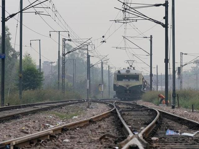 Hoshangabad,Woman commits suicie by touching electric wire,Indian Railways