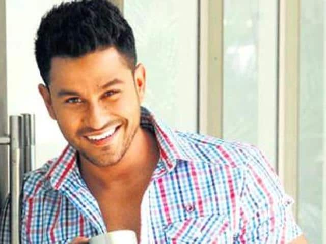 The incident occurred when Kunal Khemu and Vartika Singh were shooting at Naubat Khana for the song album 'Saanwre' produced by Nikhil Dwivedi.