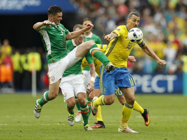 Republic of Ireland's Wes Hoolahan celebrates scoring their first goal with teammates.