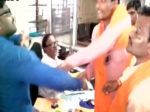 A Shiv Sena member attacks an employee of the Central Bank of India in Yavatmal district