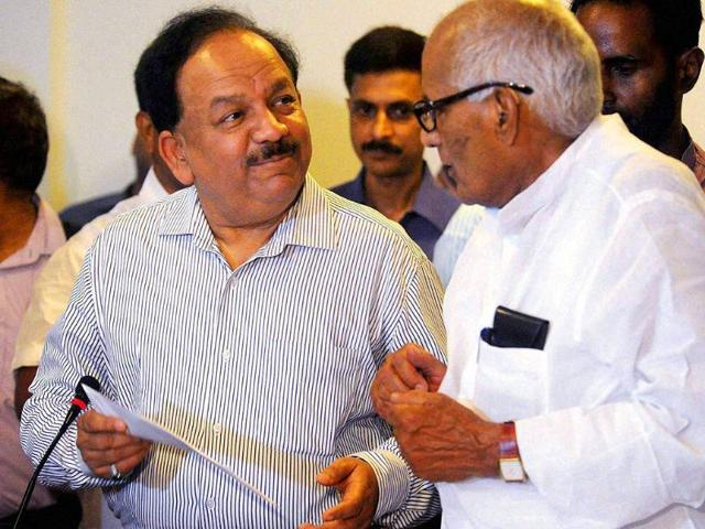 File photo of science and technology minister Harsh Vardhan talking to Bihar health minister Ramdhani Singh.