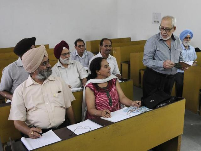 HK Lall taking a class at SD College, Sector 32, Chandigarh.