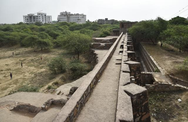 According to historians, Satpula ('sat' means seven and 'pull' means openings of a bridge) was constructed during the reign of Sultan Muhammad Shah Tughlaq (1325-1351).