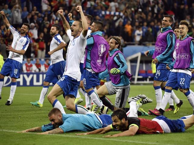 Italy's squad celebrate a 2-0 victory following the Euro 2016 group E football match between Belgium and Italy at the Parc Olympique Lyonnais stadium in Lyon.