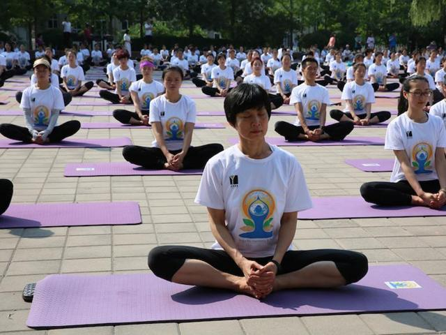 Several hundred Chinese yoga enthusiasts participated in a mass yoga session on Saturday morning to mark International Yoga Day, which falls on June 21.