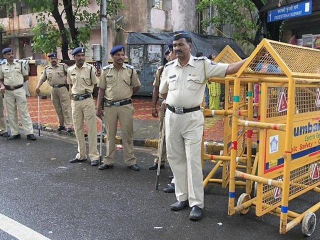 Cops patrol Mumbai streets. (HT photo/Vijayanand Gupta)