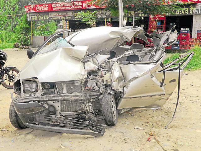 Couple killed,three injured,car-truck collision