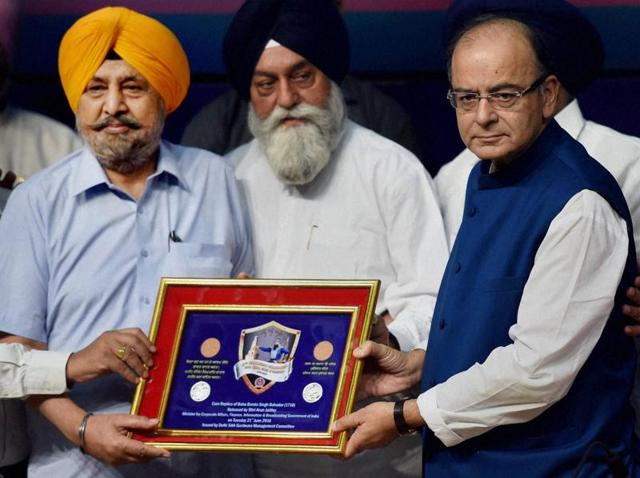 Union Finance Minister Arun Jaitley being presented a commemorative silver replica coin of Banda Singh Bahadur after its release by him on the occasion of his 300th martyrdom day in New Delhi on Tuesday.