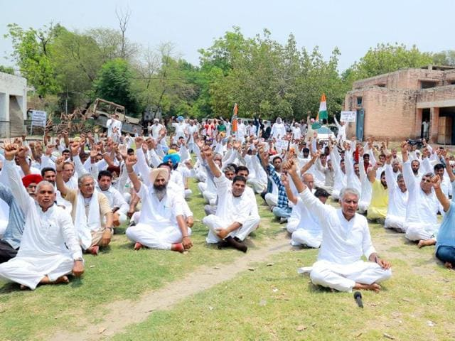 Abohar farmers led by Sunil Jakhar perform 'virodhasana' on Yoga Day to protest against non-availability of irrigation water. Jakhar also told Akalis to take a tough stand and not to bow to Prime Minister Modi's anti Punjab policy on SYL issue.