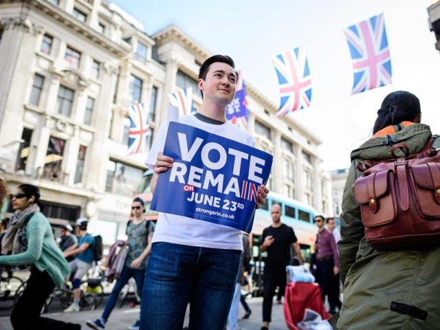 """Campaigners from the """"Vote Remain"""" group hand out stickers, flyers and posters in Oxford Circus, central London.(AFP)"""