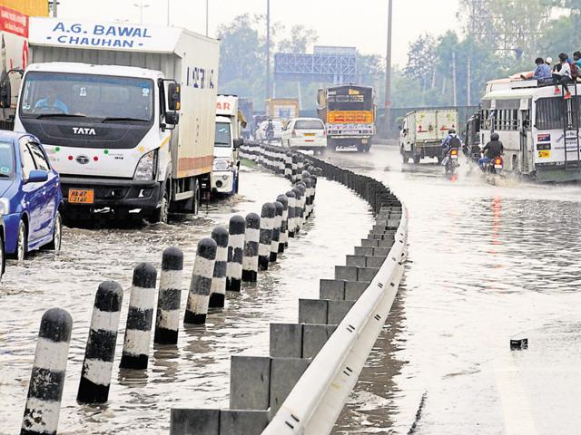 On Monday, thousands of commuters were caught in jams on the expressway.(Parveen Kumar/HT Photo)