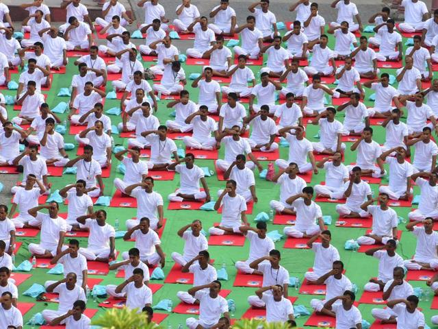 People perform a mass yoga session on July 21, International Yoga Day, in New Delhi. The Nagpur central jail authorities have shortened the sentence of 136 inmates by three months after they passed a Yogasana exam. The move is in line with the state government's new directive this year.