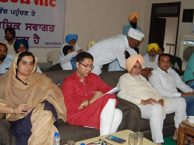 Aam Aadmi Party state convener Sucha Singh Chhotepur (second from right) and other AAP leaders during a meeting with traders and businessmen in Mansa on Wednesday.