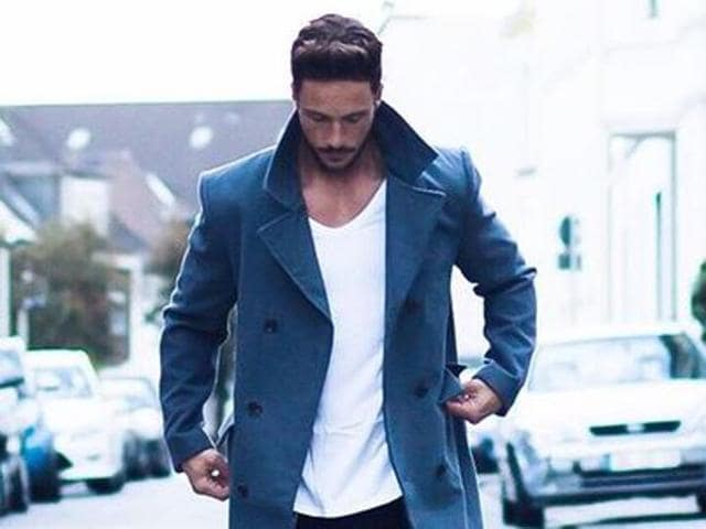 Men should focus on the fit, keep it simple and avoid wearing shirts or T-shirts with big logos to look chic, says an expert.