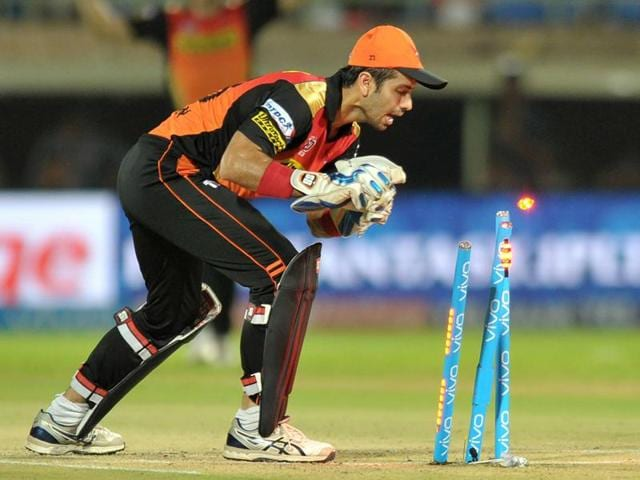 Sunrisers Hyderabad wicket keeper Naman Ojha successfully runs out  Usman Khawaja.