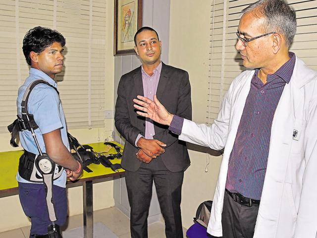 Ganesh Jangir with Dr Anil Jain head of PK Sethi Rehabiltation Centre, Jaipur, explaining the benefiits of Jaipur Belt.(HT Photo)