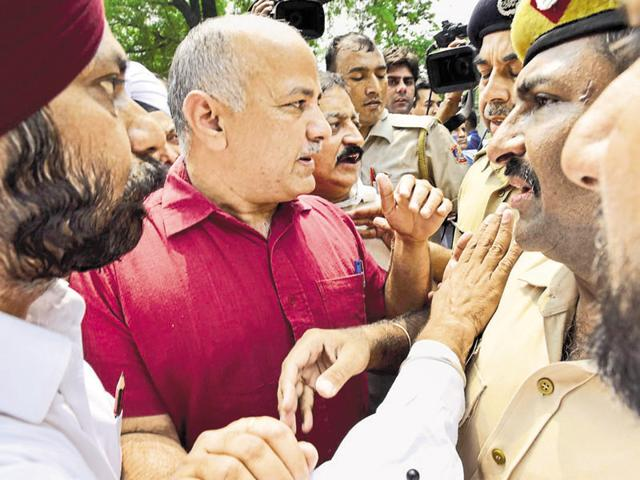 A number of AAP MLAs, including Delhi deputy chief minister Manish Sisodia, were detained after they tried marching towards Prime Minister Narendra Modi's residence on Sunday.(Arvind Yadav/HT Photo)