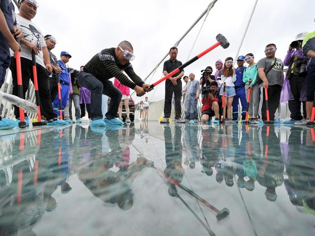 In pics how china tests safety of world s longest glass for Suspension transparente