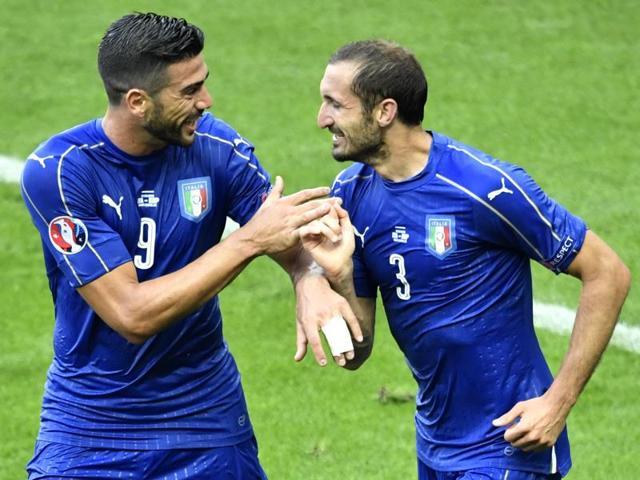 Italy's defender Giorgio Chiellini (R) celebrates a goal with Italy's forward Pelle during the Euro 2016.