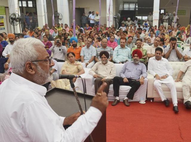 Punjab minister of health and family welfare Surjit Kumar Jyani addressing a gathering in Amritsar on Sunday.(Sameer Sehgal/HT Photo)