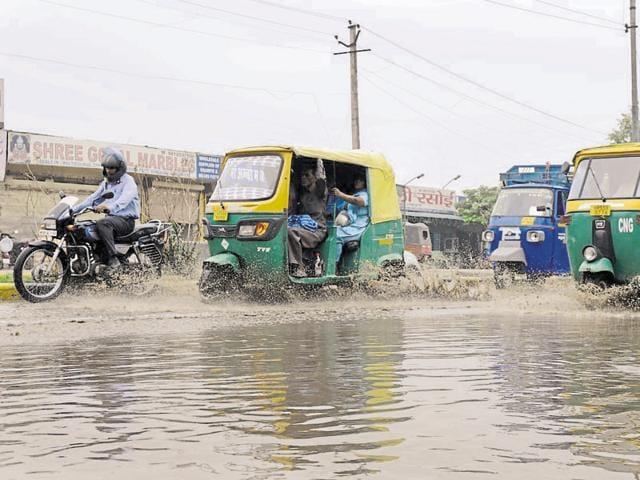 Sheetla Mata Road witnessed heavy waterlogging after the rain on late Monday and early Tuesday(Abhinav Saha/HT Photo)