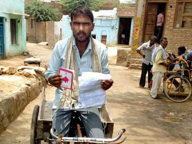 BPL-cardholder Babulal Prajapat was issued `1.4 lakh bill by the electricity department.(HT Photo)