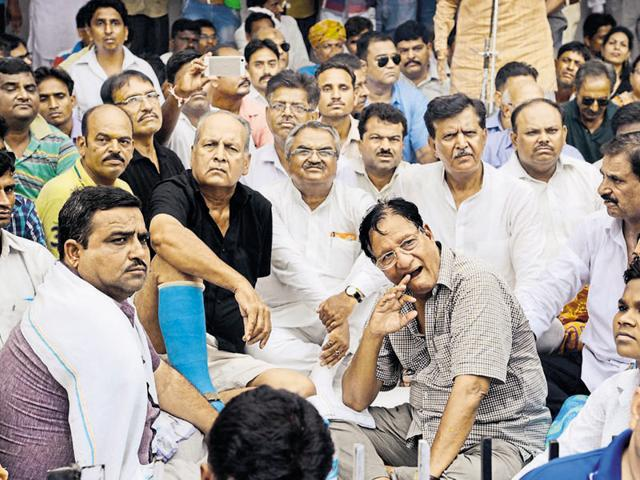 Congress leaders Shanti Dhariwal and Bharat Singh  also staged a dharna to protest against the murder of party leader Sonu Goyal  in Baran.