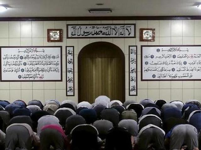 File photo of Muslims praying at a mosque during Ramzan in Urumqi, Xinjiang Uighur Autonomous Region.(Reuters)